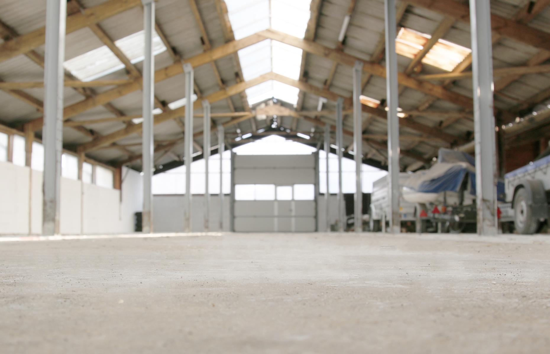 Wir stellen Stellplätze in unserer Halle oder auf unseren befestigten Freiflächen zur Verfügung