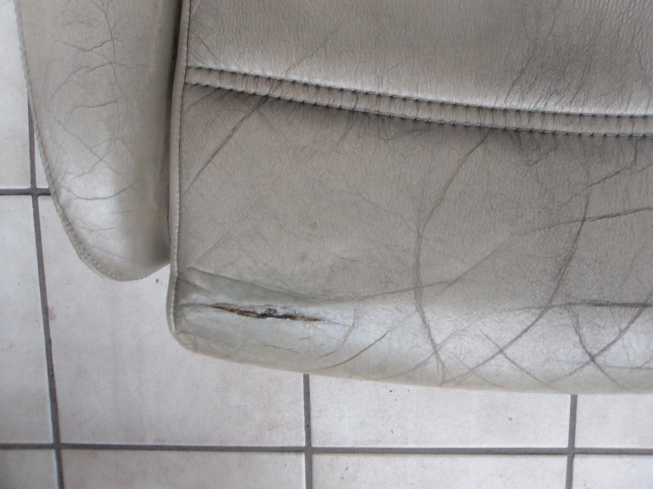 Fahrerseite - tiefer, langer Riß im Leder