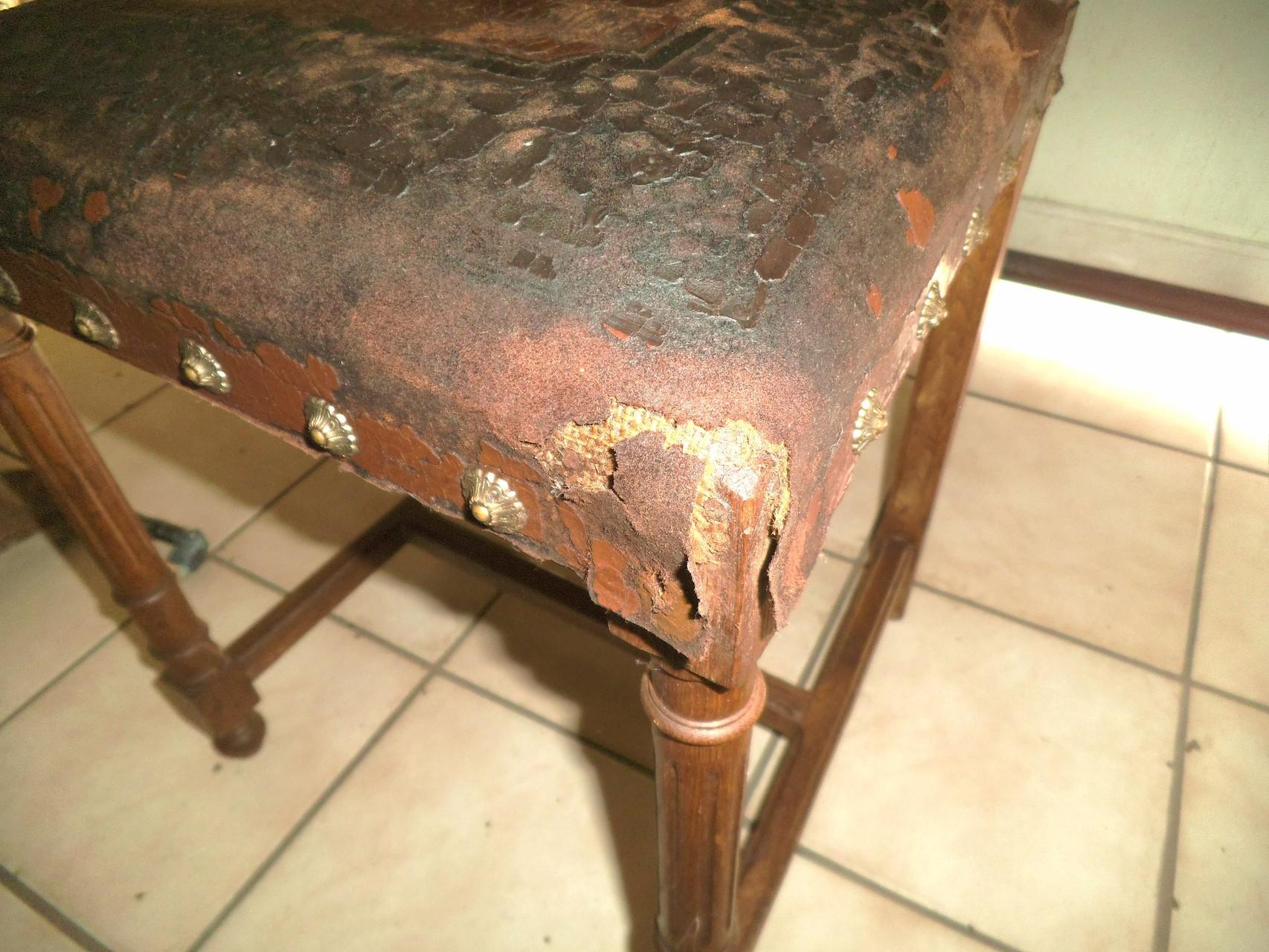 Stuhlecke: fehlendes Leder, stark brüchig