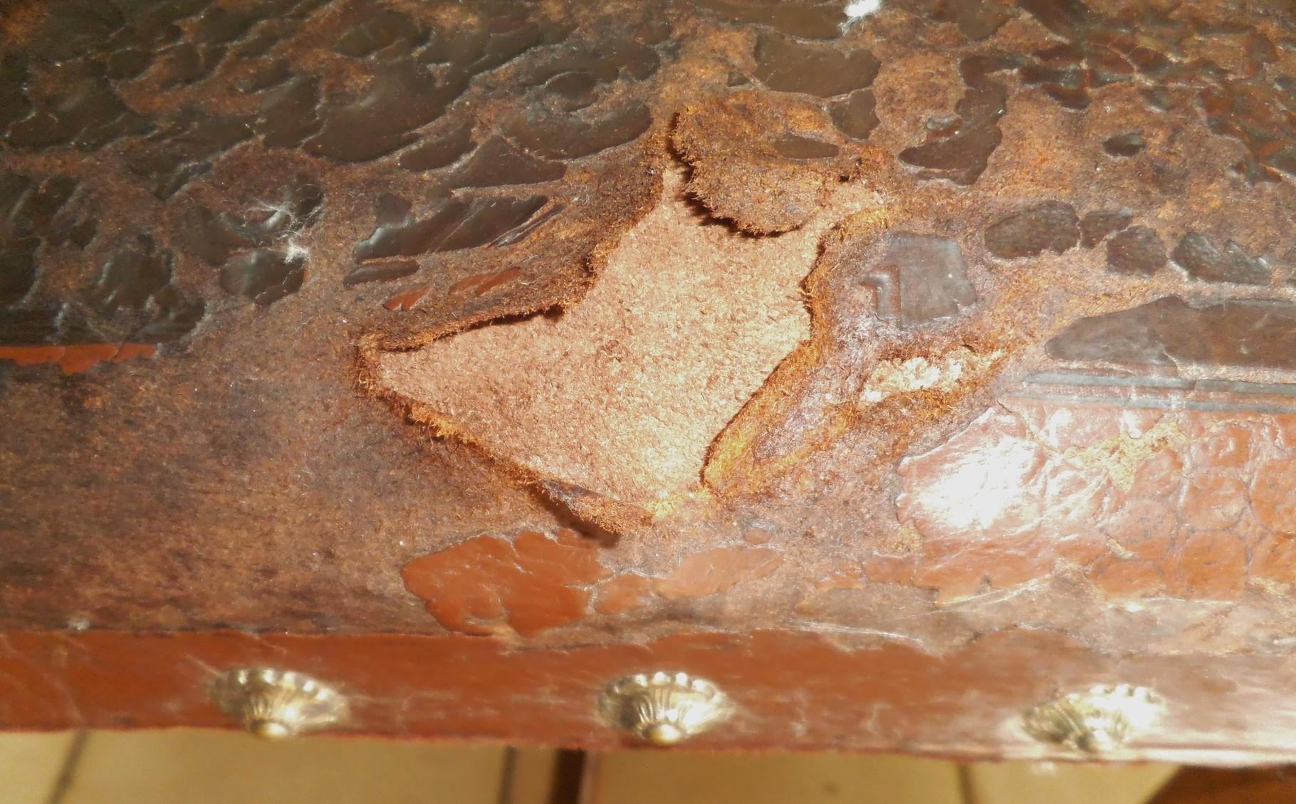 linke Stuhlseite: fehlendes Leder, stark brüchig
