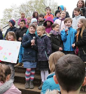 """Schüler singen das Lied """"Kinder haben Rechte""""."""