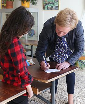 Viele Schülerinnen und Schüler nutzten die Gelegenheit und ließen sich ein Autogramm der Bundestagsabgeordeten geben.