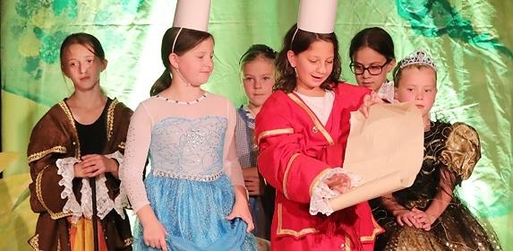[Bilder: Michael Kleinjung --- Kinder der Kulturwerkstatt32 und der GGS Hackenberg begeisterten ihre Zuschauer gemeinsam in einem Musical.]