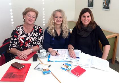 Die Bundestagsabgeordnete Michaela Engelmeier, Schulleiterin Alexandra Stahl-Hochhard, Lehrerin Inga Bormann (v.l.), bei der Vorbereitung des Aktionstages