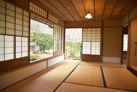 茶室:広間は、奥の障子を開くと秋の紅葉が