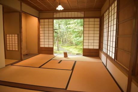 茶室:外から見える広間を内側から