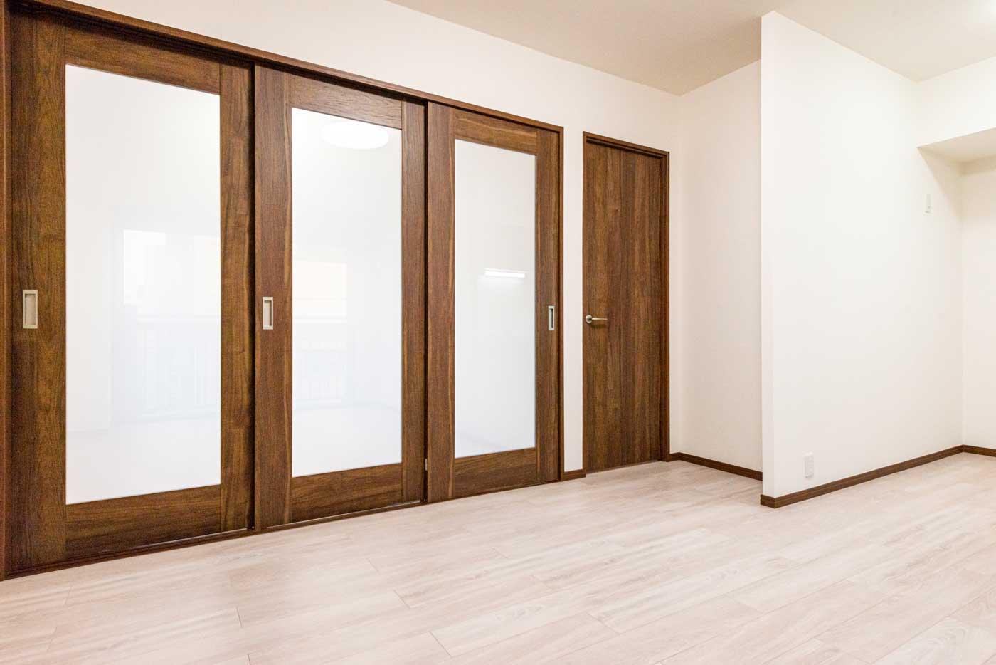 光を取り込む美しい引戸(右奥は洋室ドア)