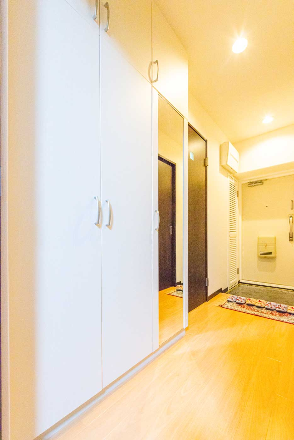 玄関に新設した大型収納(ミラー付き)