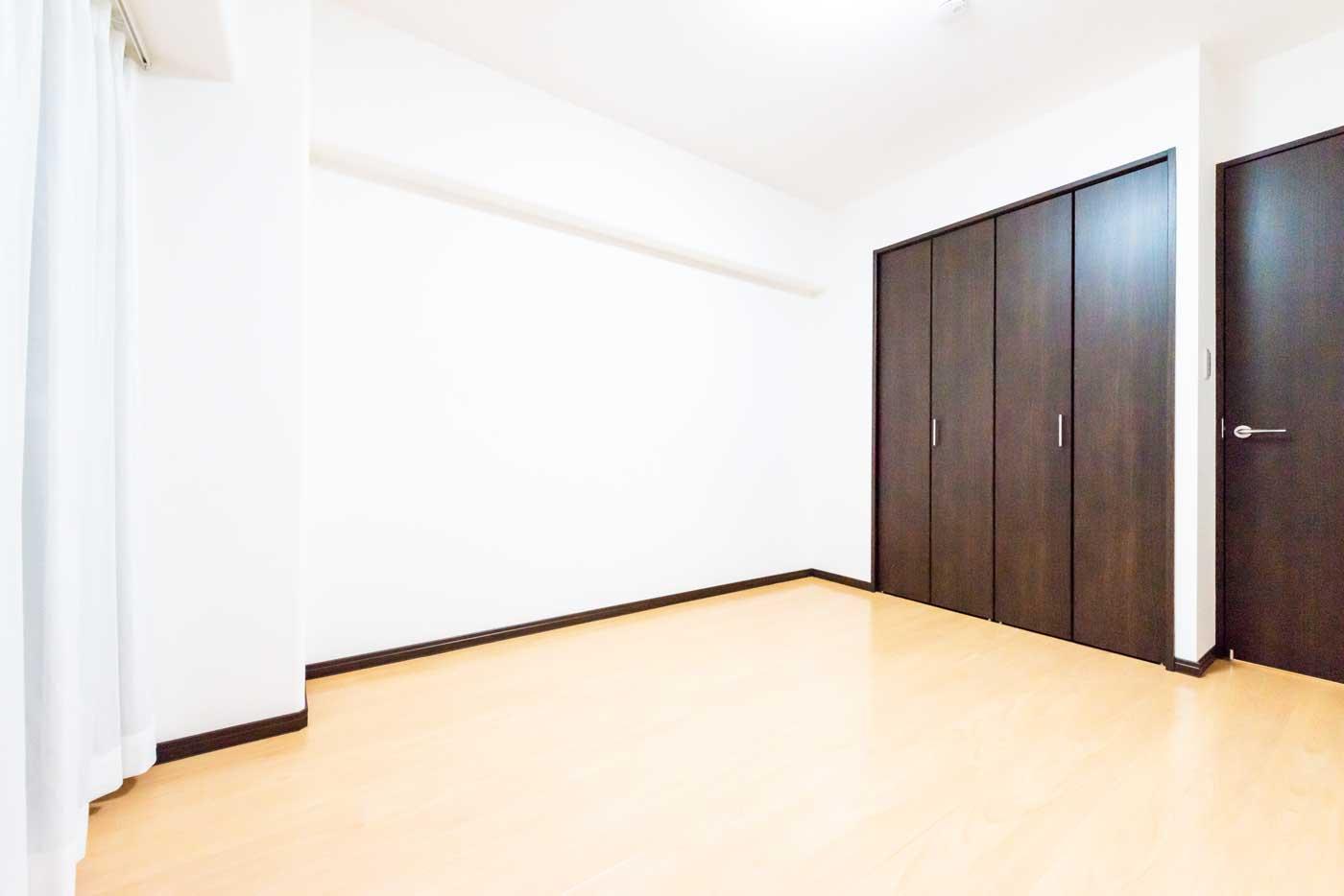 大きな開口部のある洋室約5.9帖