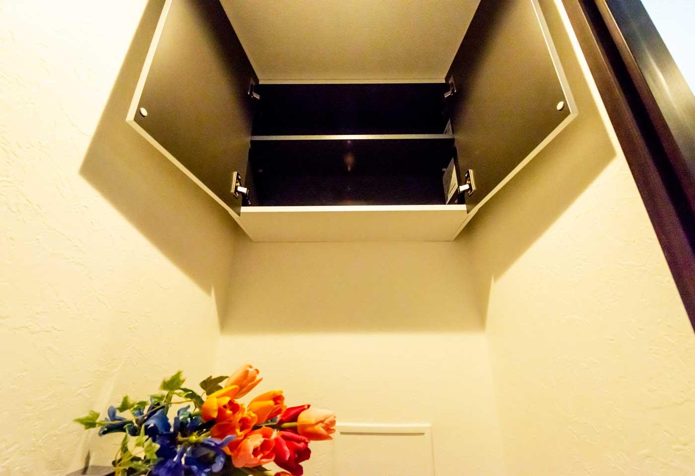 トイレに吊戸棚を新設