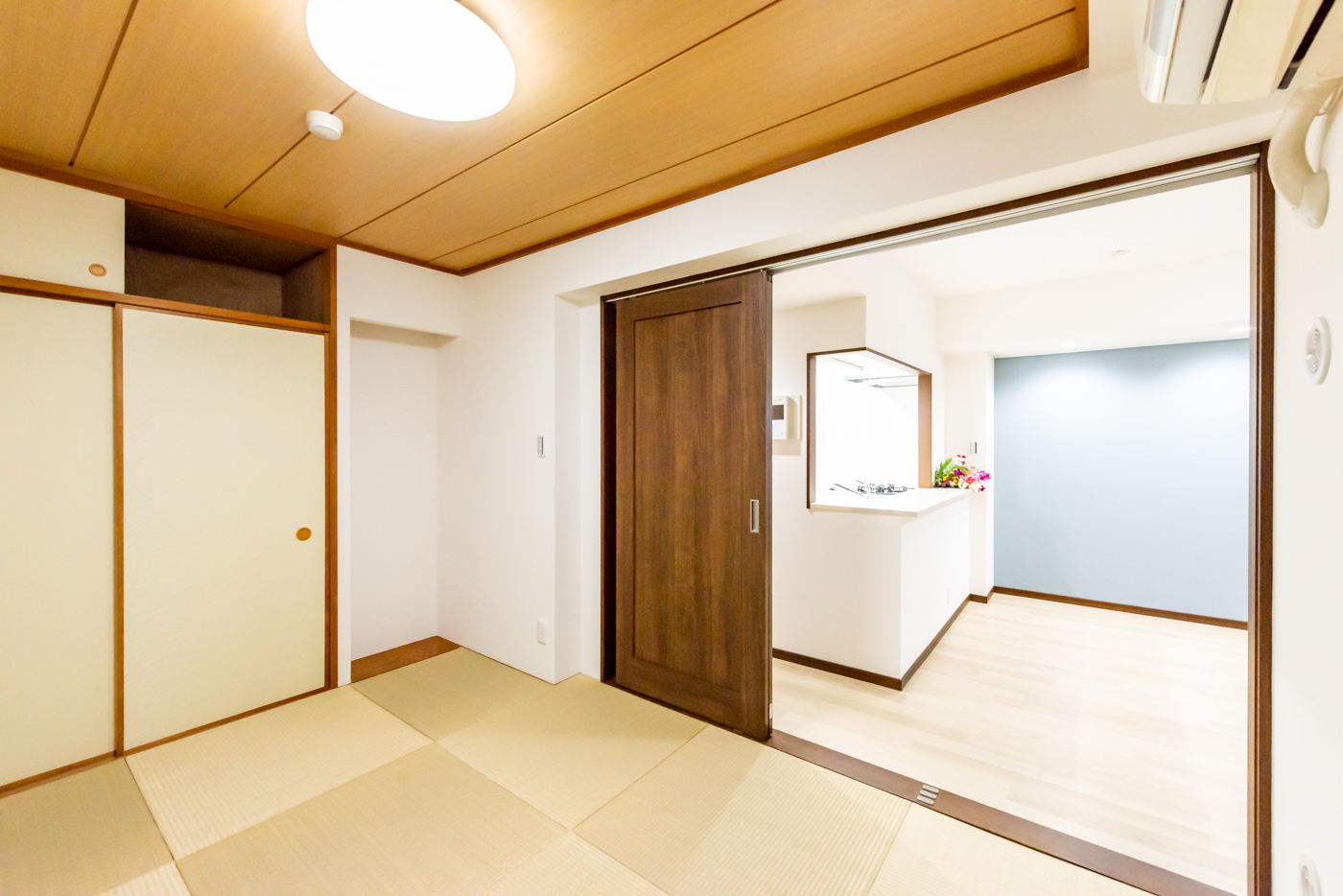 和室(約6帖)の引戸を開けると広々した空間が生まれます