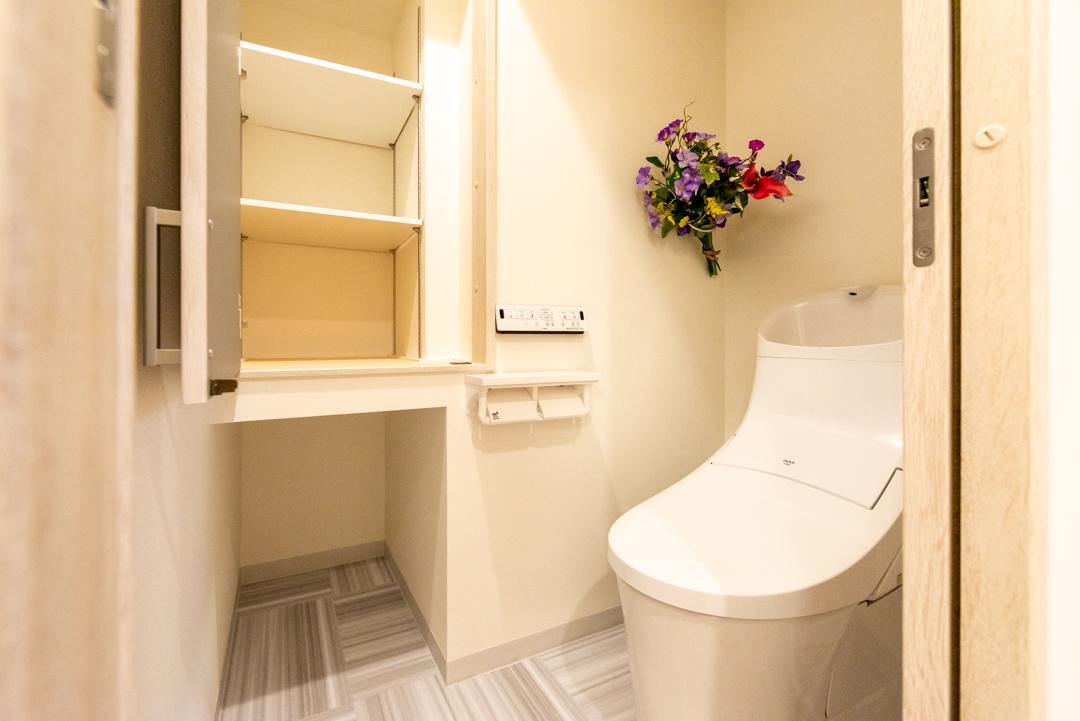 使い勝手の良い収納庫を新設した新しいトイレ