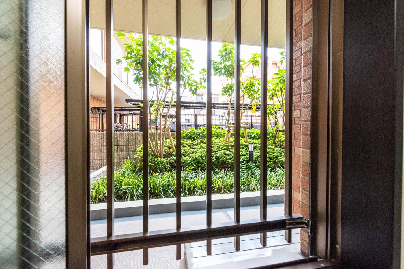 洋室1-2(窓からの風景)