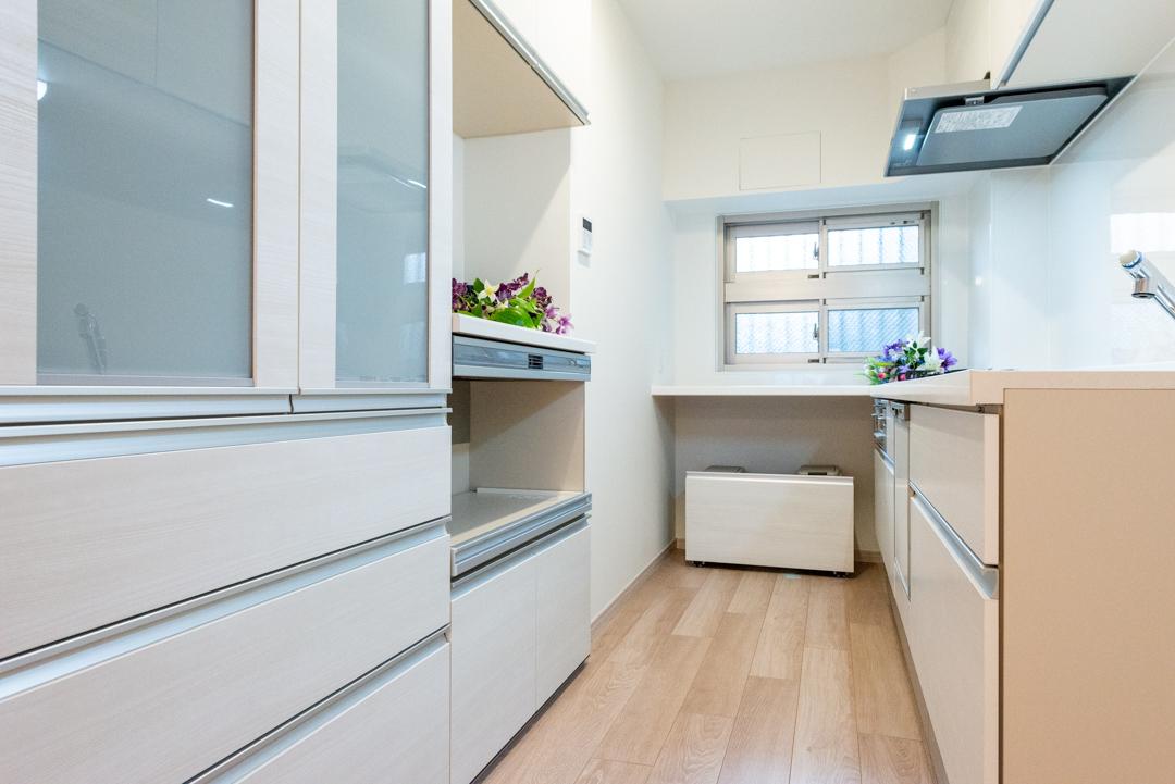 食洗機・浄水器付システムキッチン 奥はカウンターになっています