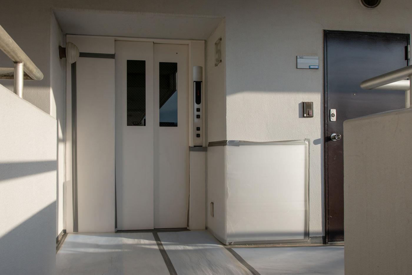 エレベータ前(右が502号室)