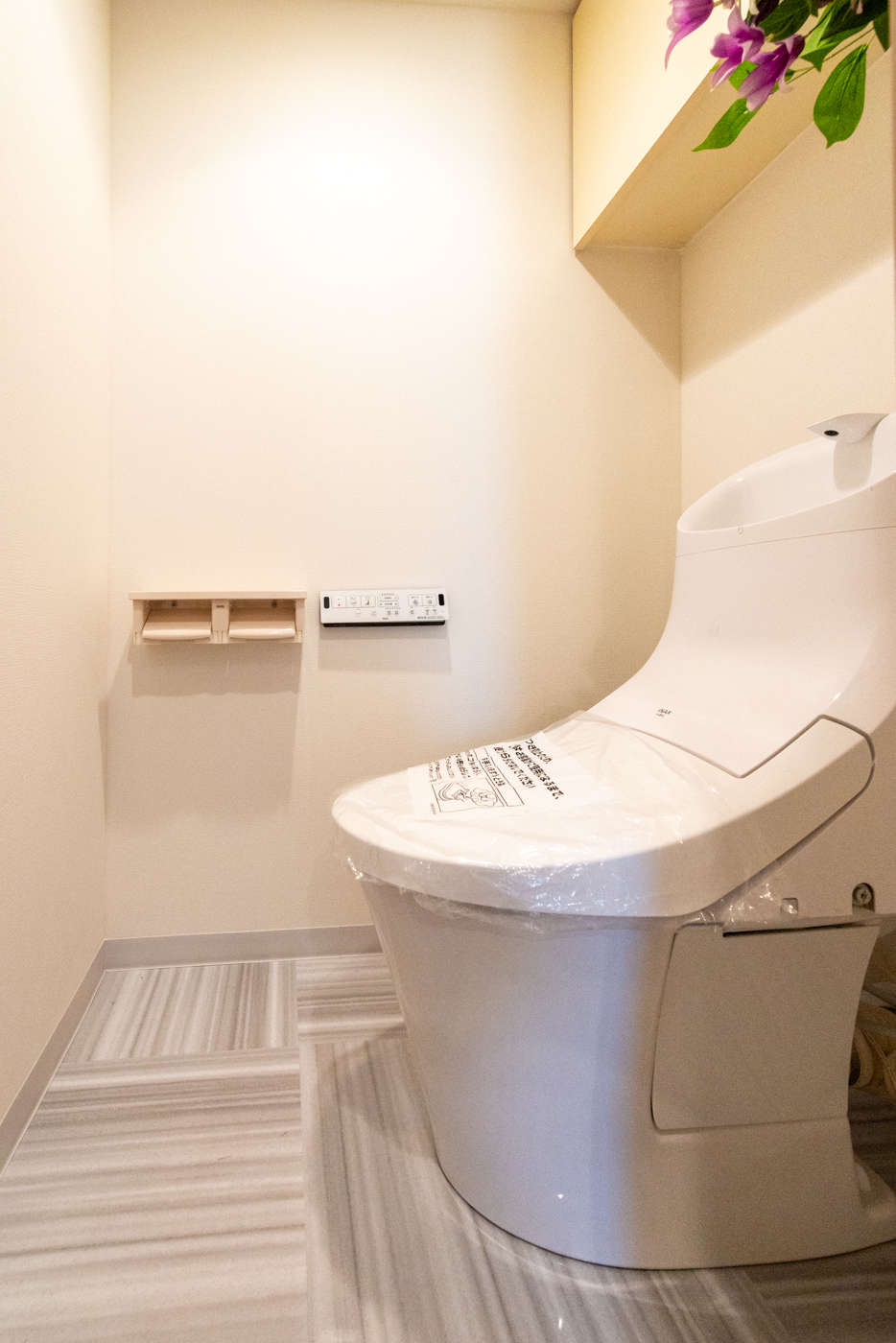 真新しくなったトイレは上部棚を配しました