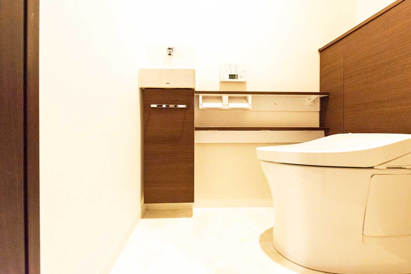 清潔感に溢れる機能的なトイレ