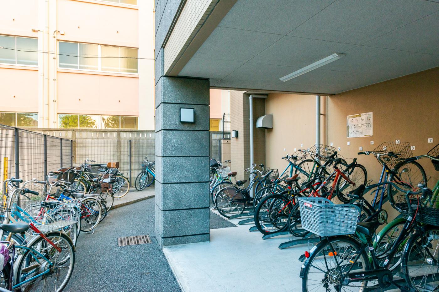 駐輪場(後ろが大道中学校)