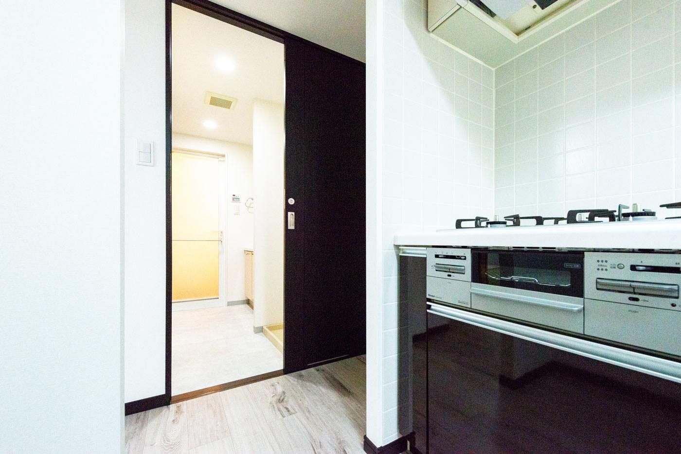 キッチンから洗面室への出入口