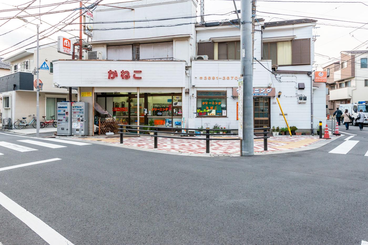 最寄りのクリーニング店(道路を挟んで向かい側)