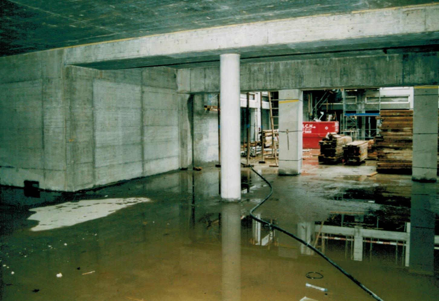 Im Laden liegt noch viel Wasser