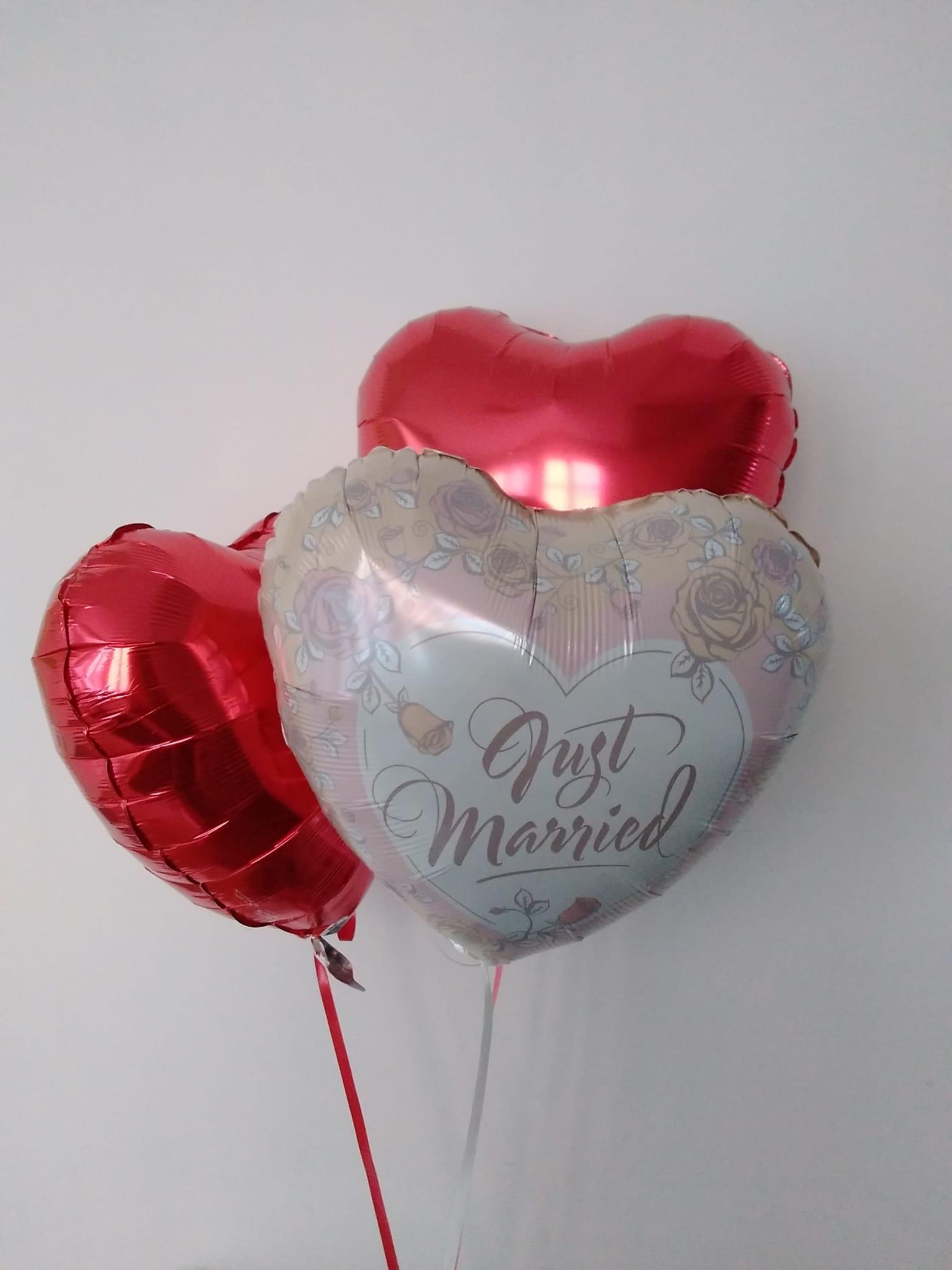 """Ballon """"Just Married"""" kombiniert mit roten Herz-Ballonen"""