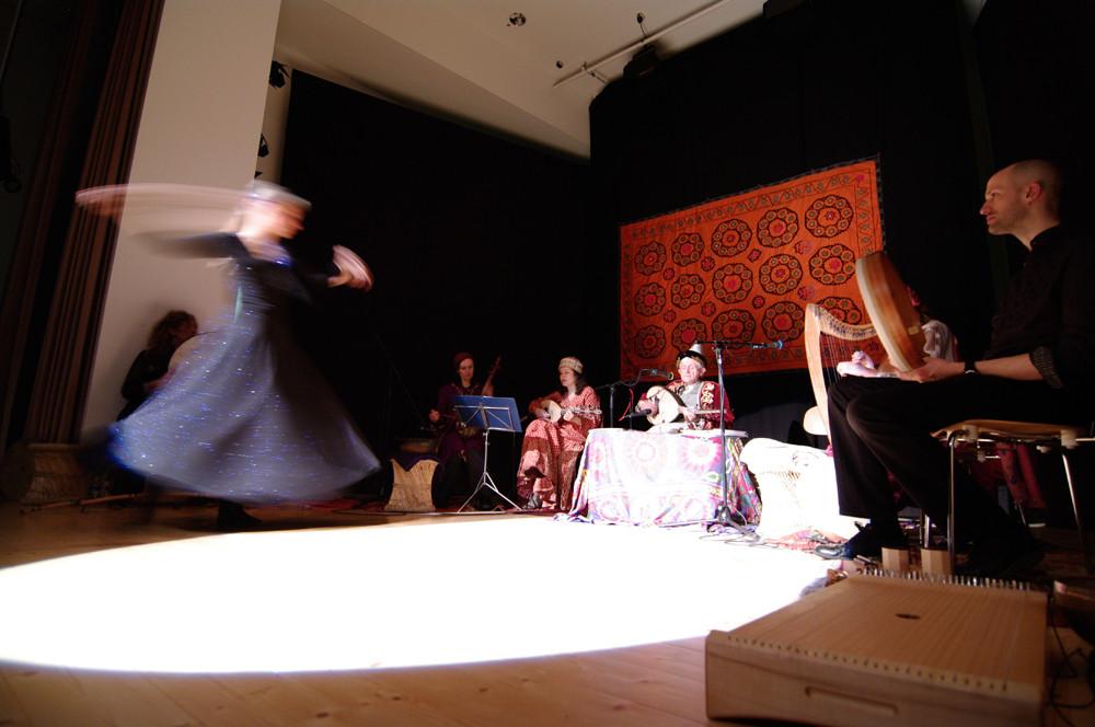 Azize tanzt / schwebt
