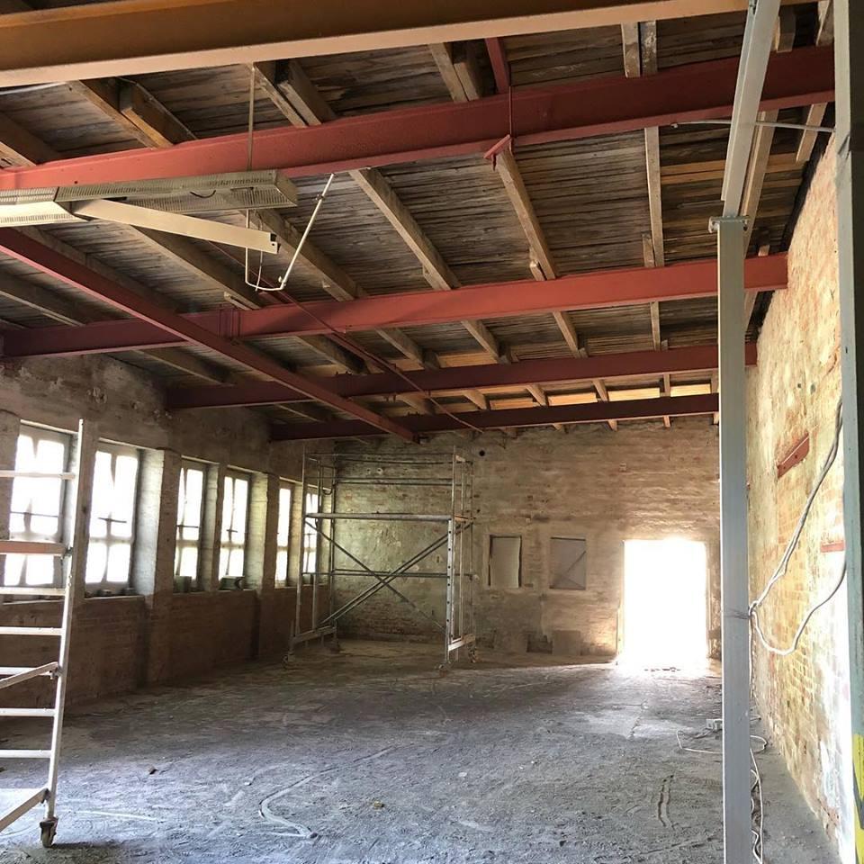 14. Juni: Decke, Wände und natürlich die Stahlträger sind jetzt frisch gesandstrahlt.