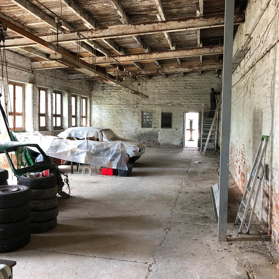 4. Juni: Halle ist endlich fast leer, jetzt können wir anfangen die alten Kabel und Rohre von den Wänden zu entfernen.