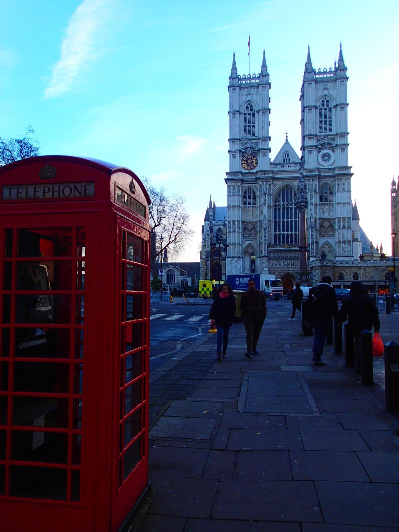 Eines der vielen roten Telefonzellen, mit der Westminster Abbey im Hintergrund