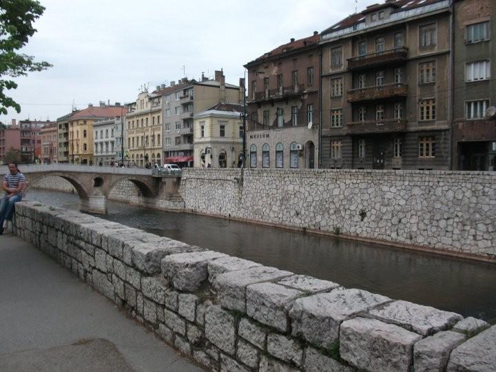 Auf der gegenüberliegenden Seite der Brücke wurden Franz Ferdinand und seine Gattin erschossen. Dies löste den ersten Weltkrieg aus