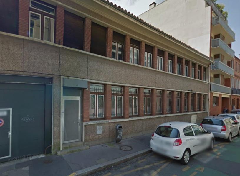 Depuis janvier 2020, cinq familles de migrants occupent le 36 rue Roquelaine, ancien bâtiment du Trésor Public.