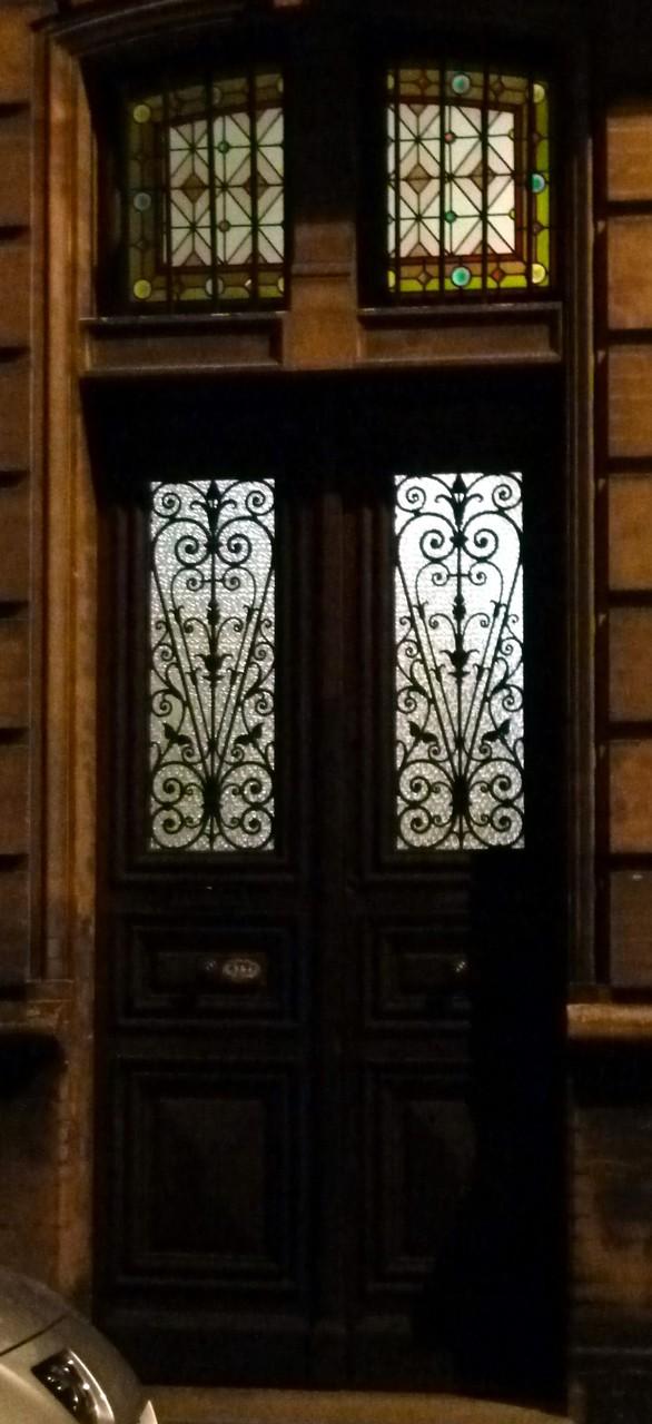 Rue des Chalets, vers 1890. Le verre de la porte est en relief (verre imprimé ou mécanique)