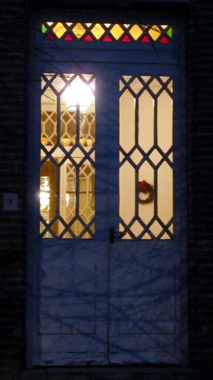 Rue des Chalets. Seule l'imposte a gardé des couleurs