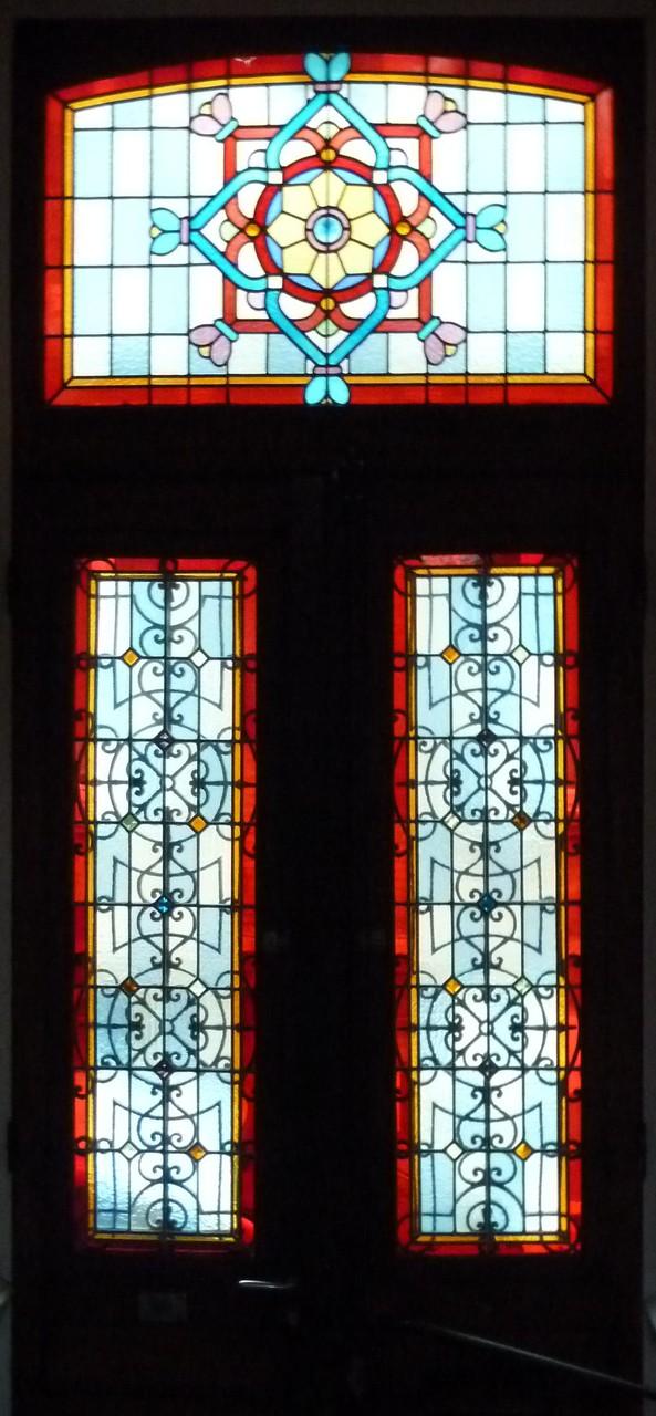 Rue du Cre Philippe. La porte est en contrebas du séjour, l'imposte au décor plus riche au niveau des yeux.