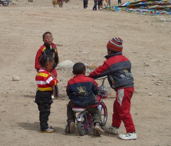 Die Kinder sind sich an die Höhe und Kälte gewöhnt und toben genau so herum, wie kleine EuropäerInnen.