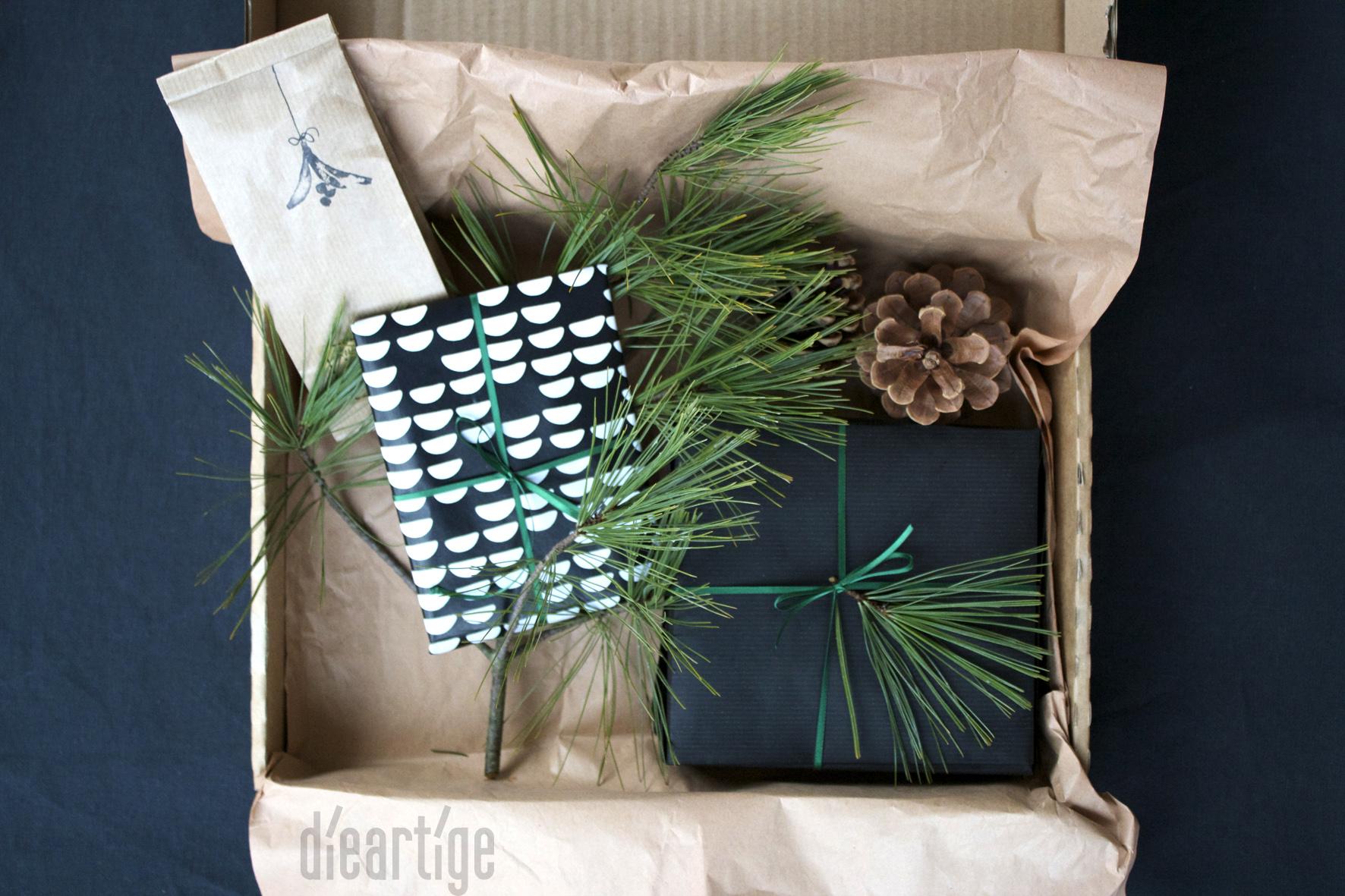 dieartigeBLOG - Adventsgrüße | Wichtelgeschenk, Kraftpapier, Geschenkpapier schwarz, schwarz-weiß mit Dunkelgrün, Seidenkiefer