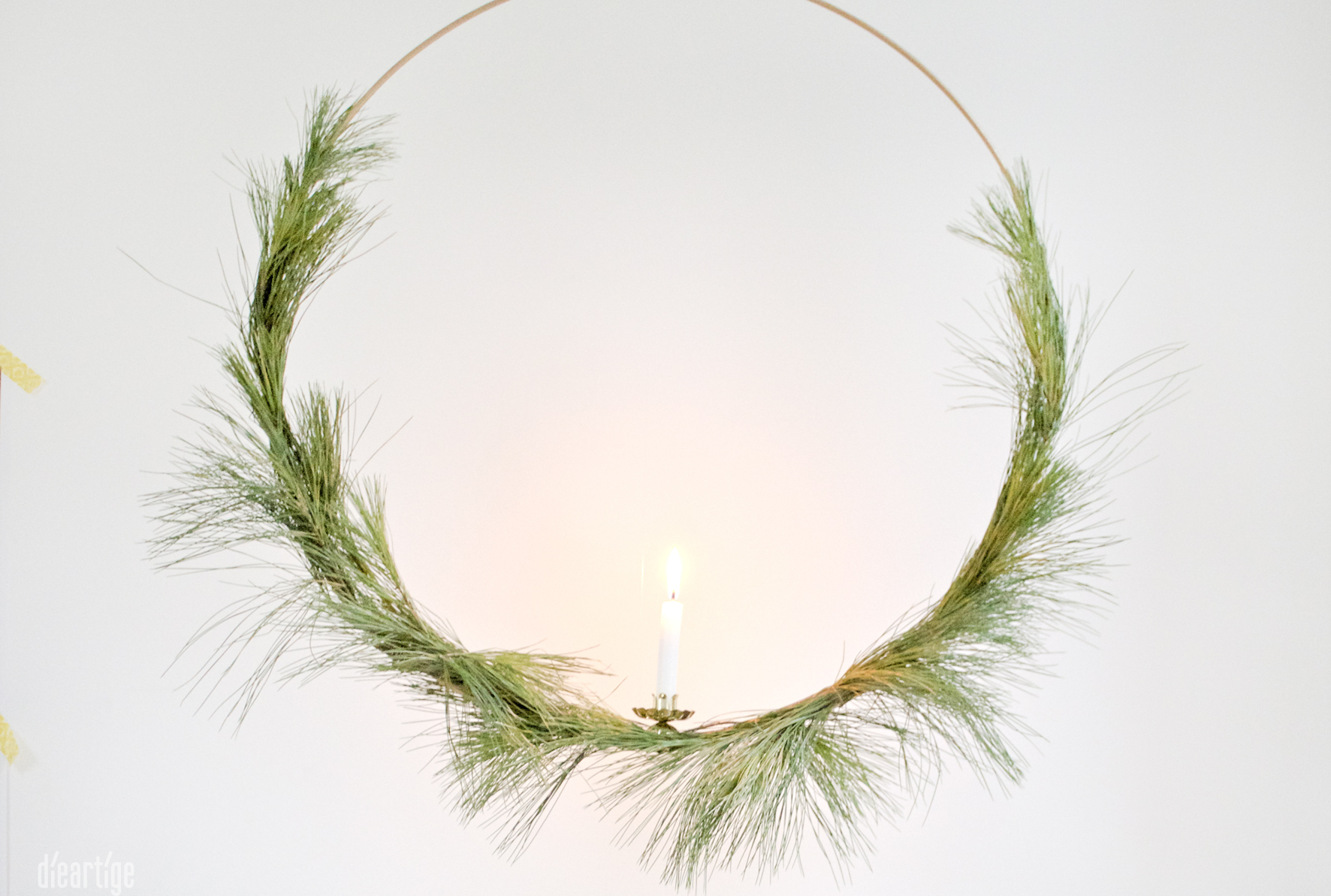 dieartigeBLOG - Kranz aus Seidenkiefer & Goldring + Kerze, Dekoidee Advent, Weihnachten, Winter