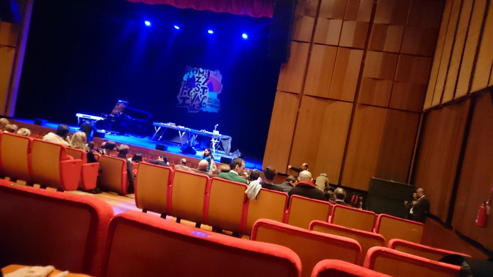vor Beginn des Jazz-Konzertes im kleinen Veranstaltungssaal mit Enrico Rava & Band