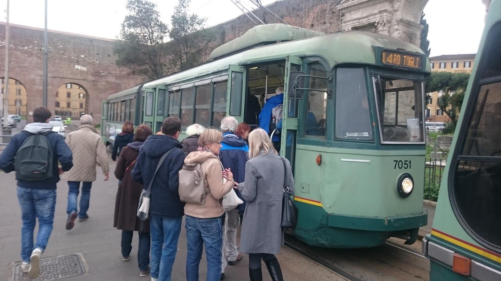 weniger stauanfällig als die öffentlichen Busse und trotzdem langsam: die Straßenbahnen in Rom
