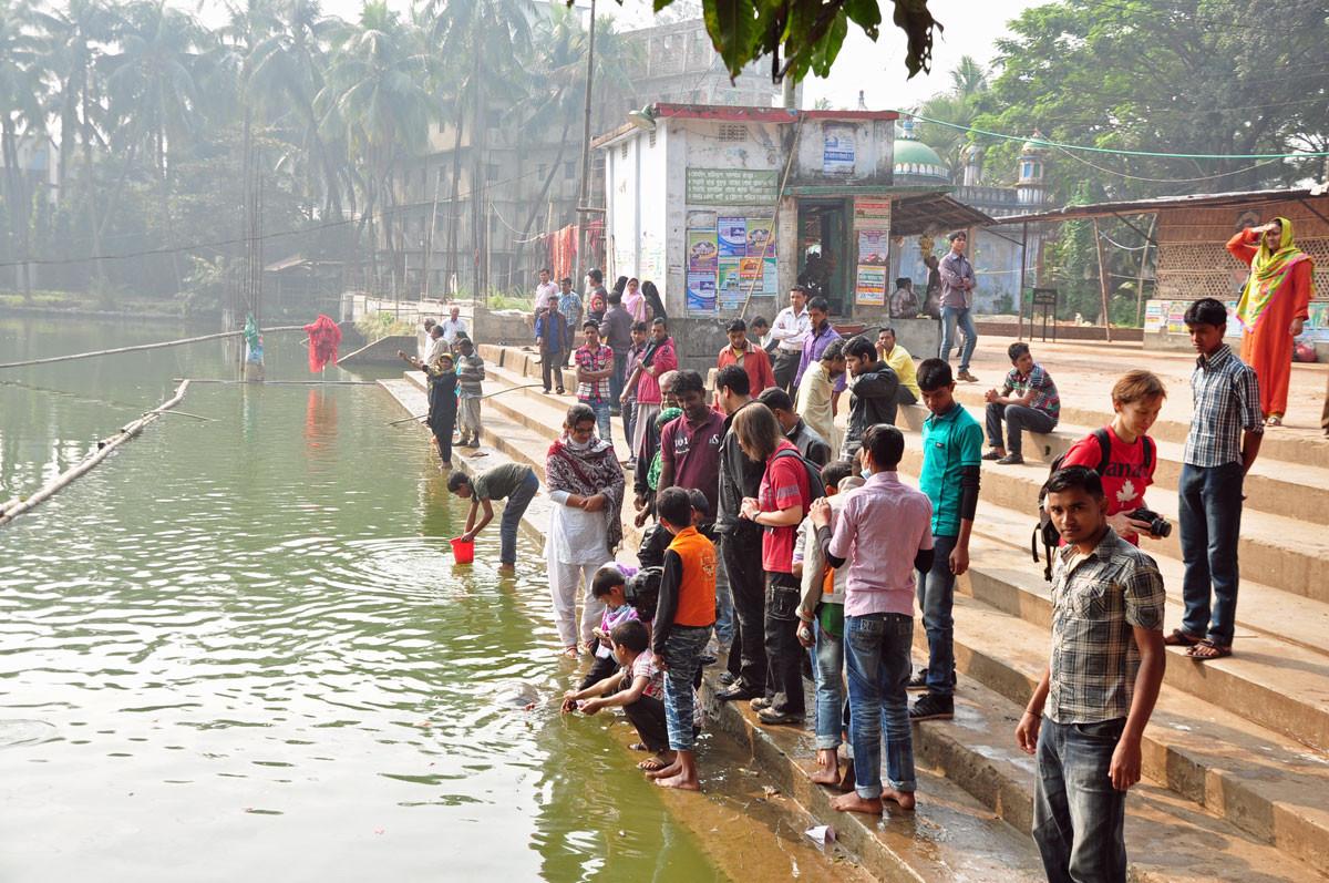 Hindu-bedevaartsplaats in Chittagong: hier voederen ze reuzeschildpadden