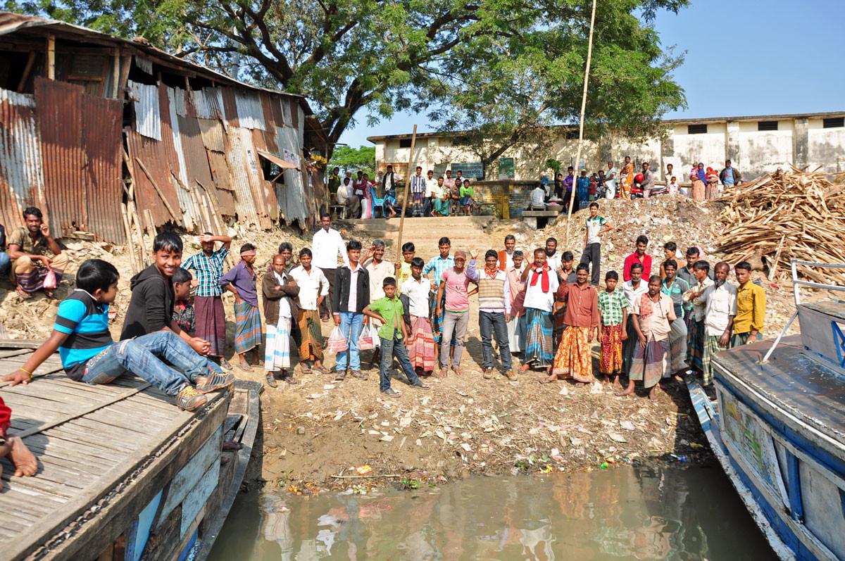 Kalmakanda: het dorp zwaait ons uit bij begin boottocht doorheen Tanguar Haor