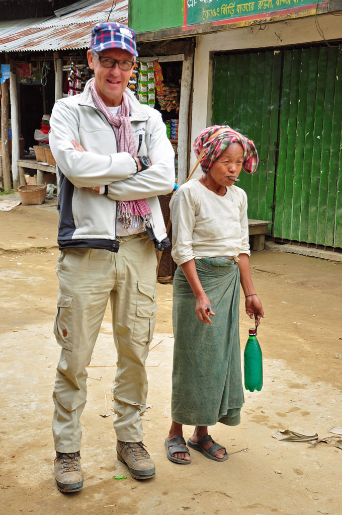 Hill tribe woman met sigaar (rechts wel te verstaan)