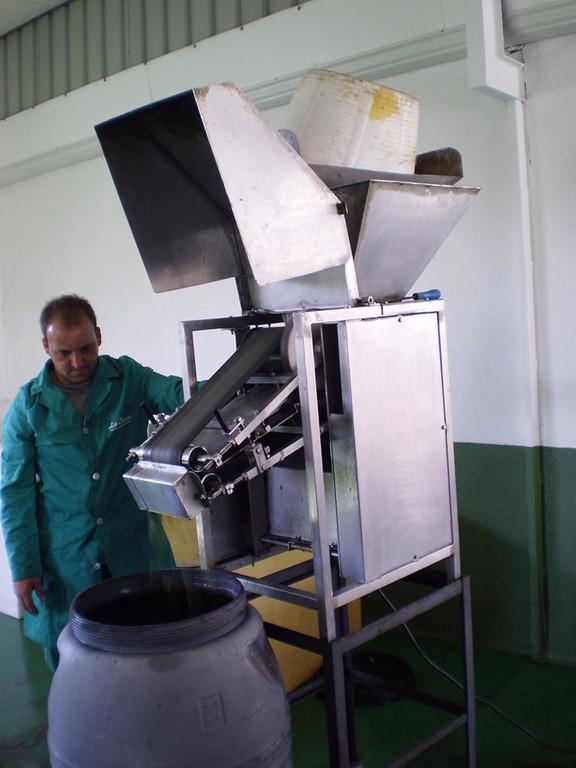 Esta máquina se encarga de machacar las aceitunas sin romper el hueso
