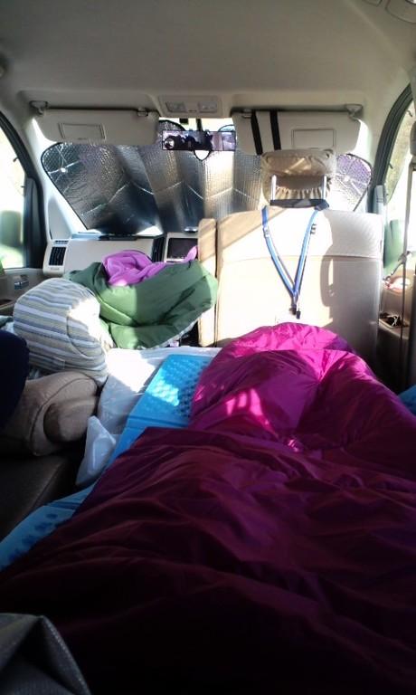 車中泊はこんな感じです…。フラットシートにして寝ています。