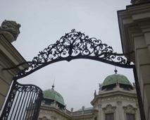 プリンツ・オイゲン公の夏の離宮と 言われるウィーン南駅近く、 ベルヴェデ-レ宮殿です。『美しい眺め』の 意を持つベルヴェデ-レに相応しい、 景観をしています。 ここには、19・20世紀絵画館あり、 今回はここでクリムト展を見ました。