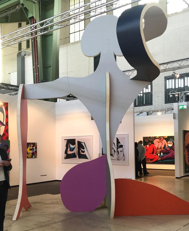 Standansicht der Galerien Kleindienst/Choi & Lager (Leipzig,Köln, Seoul) mit Grossskulptur von Christoph Ruckhäberle. Foto: Gerhard Charles Rump.