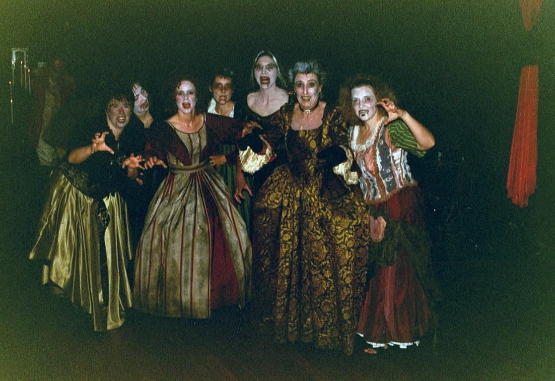 Die Vampire steigen aus ihren Särgen, dieses Musical hat den Chor verändert