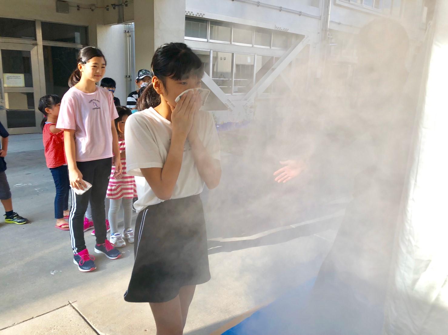 入り口が開いた途端、モクモク充満した煙が!