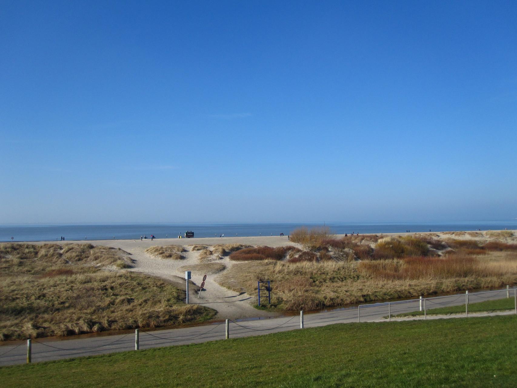 Zugang zum Sandstrand vom Deich aus (Winteraufnahme)
